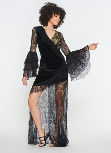 Zeynep Ökmen Dantel Detaylı Kadife Kolları Volanlı Asimetrik Uzun Gece Elbisesi Siyah